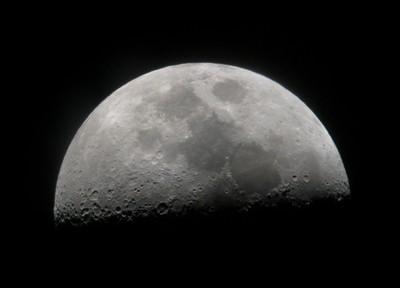 Bulan menjauhi bumi