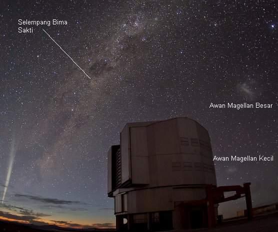 Komet Lovejoy, diabadikan dari observatorium ESO di Paranal, Gurun Atacama (Chile)