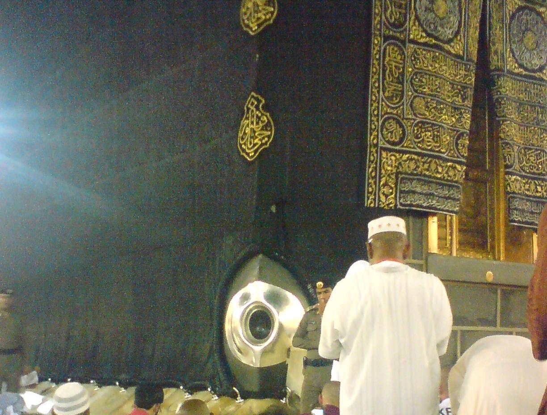 Hajar Aswad di pojok timur kabah. Credit : berryhalilintar.blogspot.com
