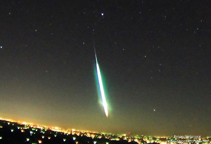 Gambar 3. Meteor Geminids yang sangat terang di atas kota kecil Fort Smith, Arkansas (AS). Demikian terangnya meteor inis ehingga bahkan melampaui kecemerlangan Bulan purnama.  Sumber: Emfinger, 2012.