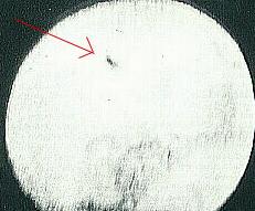 Gambar 2. Salah satu bintik hitam aneh yang mengalami transit dengan Matahari seperti diabadikan Bonilla pada 12 Agustus 1883. Interpretasi modern menyarankan bintik-bintik hitam ini adalah keping-keping komet Bonilla yang nyaris saja menimbulkan petaka kosmik pada Bumi. Sumber : Bonilla, 1886.