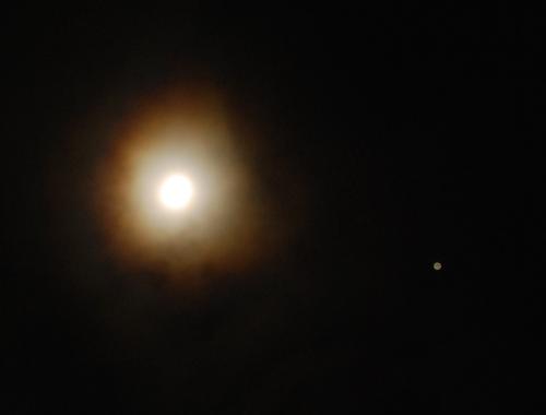 Gambar 3. Bulan (kiri) dan Jupiter (kanan) menjelang Gerhana Jupiter, diabadikan pada Senin malam 21 Januari 2013 dengan menggunakan kamera DSLR pada waktu paparan (exposure time) 1 detik. Atas adalah utara dan kanan adalah timur.  Sumber : Sudibyo, 2013.