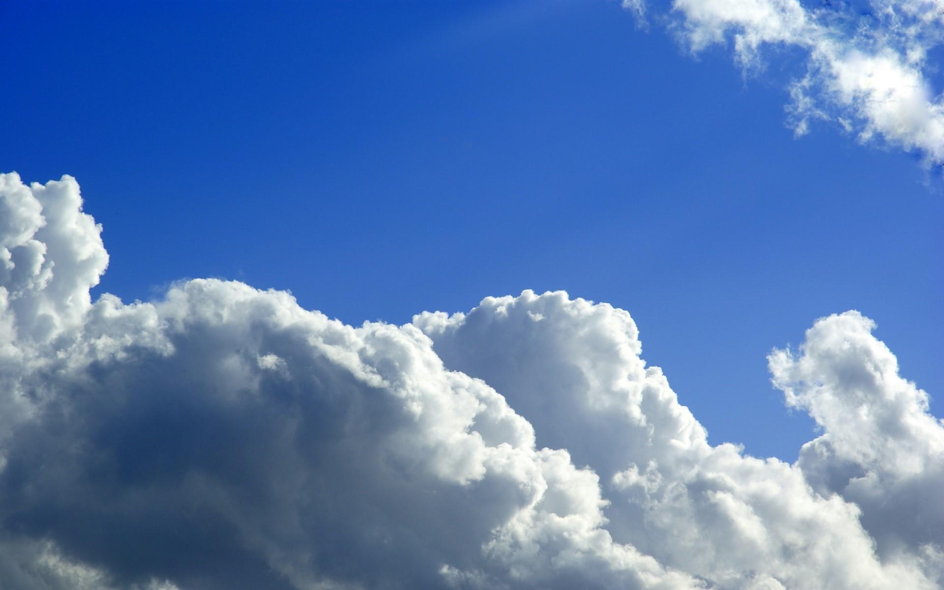 Warna langit biru yang didominasi oleh hamburan warna biru dari cahaya matahari. Credit : wallcoo.net