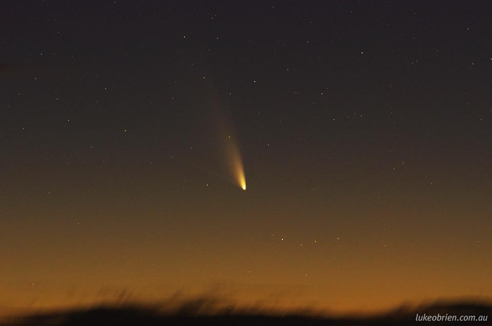 Komet PanSTARRS saat matahari terbenam. Di potret dari gunung Wellington Tasmania pada tanggal 4 maret 2013. Kredit: Luke OBrien, 2013.