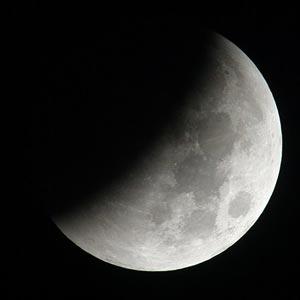Gerhana bulan parsial. Sumber GaneshaSpeaks Team, 2008.