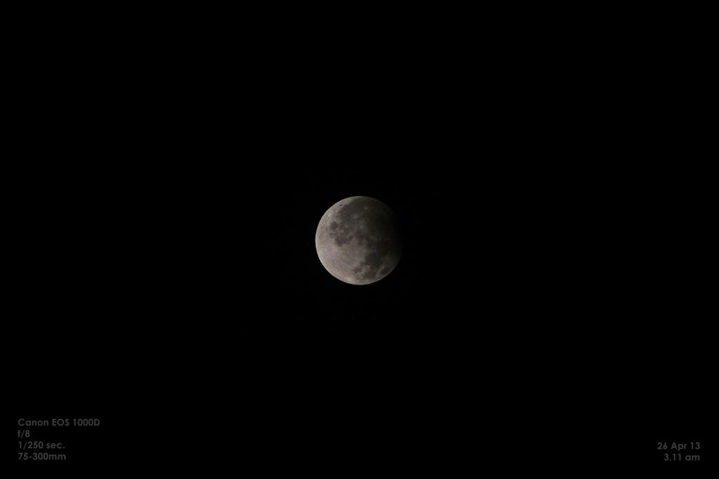 Saat puncak gerhana bulan parsial. Astrofotografer : Riski Rahmadi, 2013.