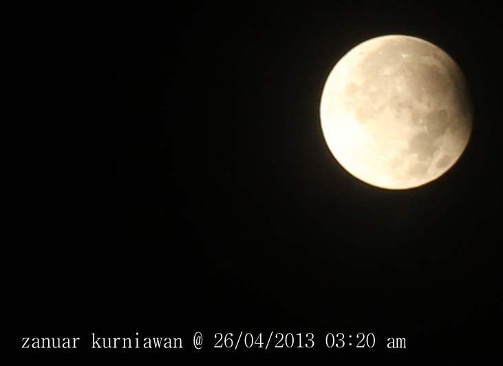 Gerahana bulan parsial menjelang akhir. Astrofotografer : Zanuar Kurniawan, 2013.