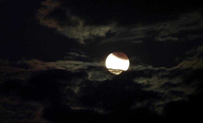Gerhana bulan parsial 28 Juni 2010. Sumber : Brad Riza