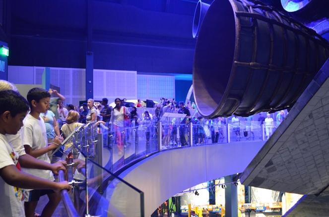 Antusiasme masyarakat berhadapan langsung dengan Pesawat Atlantis pada pembukaan pameran. Sumber : Space.com