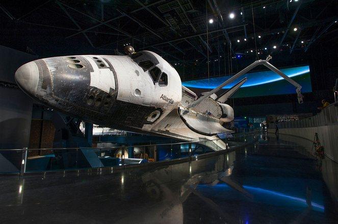 Pesawat Atlantis dengan pintu kargo terbuka. Sumber : Space.com