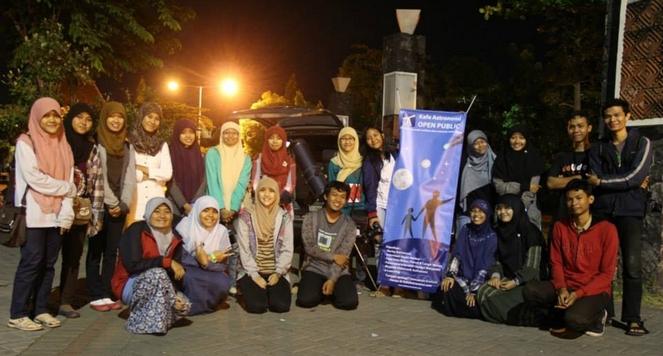 Tim Penjelajah Langit sebagai divisi lapangan Kafe Astronomi(Kanan) bersama Tim Fisika UGM(Kiri). Sumber : Hariyanto Surbakti