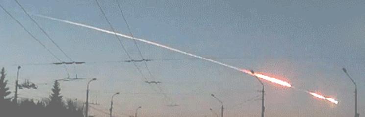 Gambar 2. Detik-detik saat sebongkah asteroid melejit sebagai meteor-terang (fireball) menjelang peristiwa airburst di atas Chelyabinsk, Siberia (Russia) pada 15 Februari 2013 lalu. Inilah contoh terkini betapa peristiwa tumbukan benda langit berpotensi merusak meski yang terjadi pada saat itu hanyalah peristiwa airburst. Sumber : Popova dkk, 2013.
