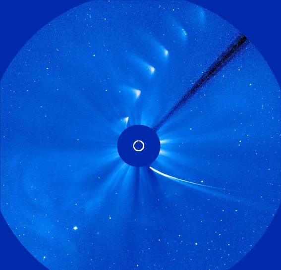 Laju komet ISON dari kanan bawah menuju keatas melintasi Matahari mulai meredup hingga kematiannya. Gambar ini diambil dari satelit citra matahari SOHO pada tanggal 28 November 2013. Gambar lingkaran ditengah adalah matahari yang ditutup. Sumber: ESA/NASA/SOHO/SDO/GSFC