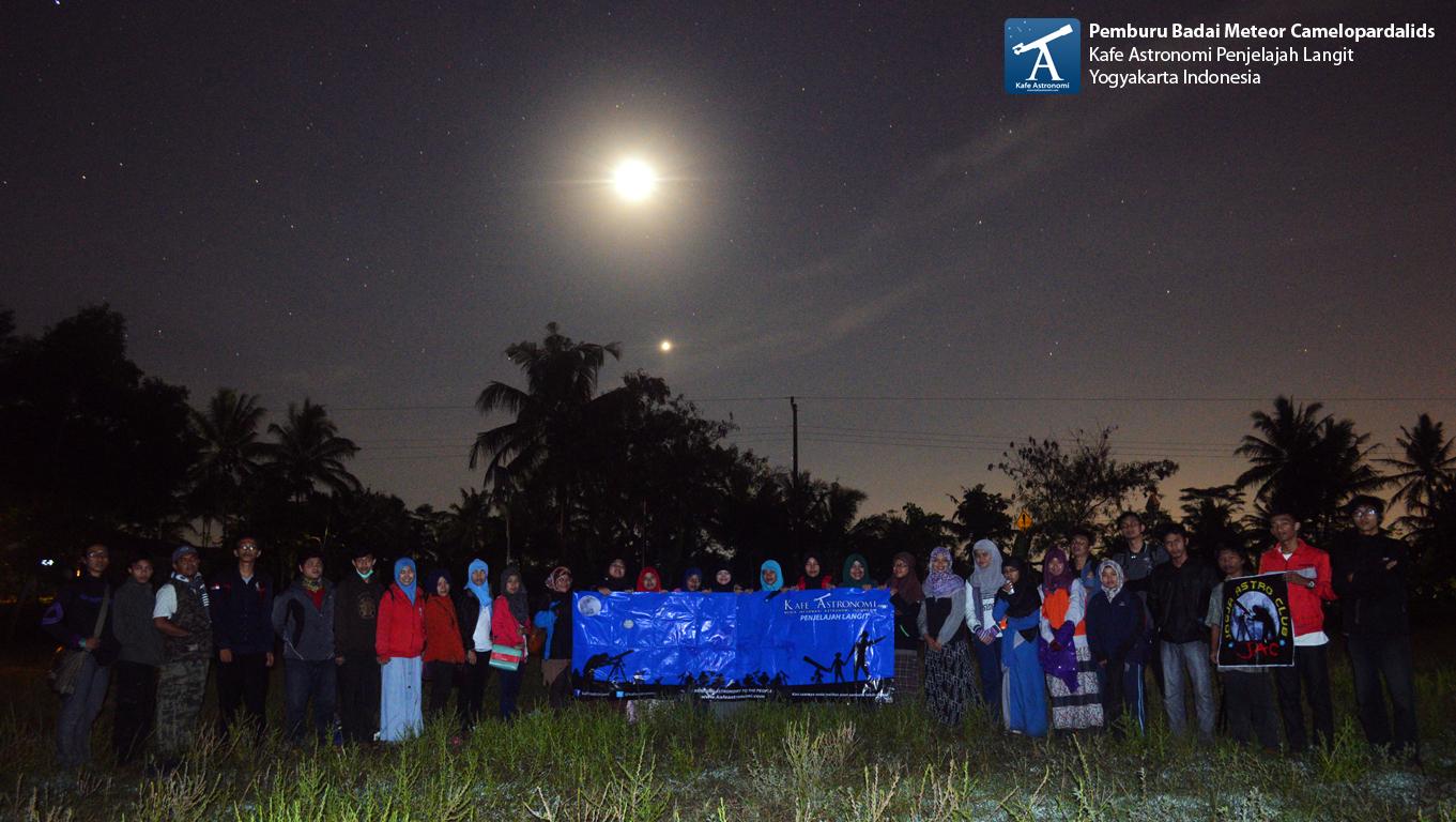 Foto bersama setelah pengamatan badai meteor Camelopardalids.