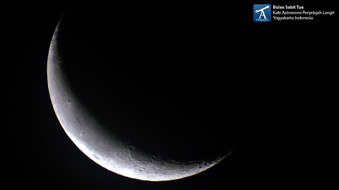Bulan sabit tua di pagi hari