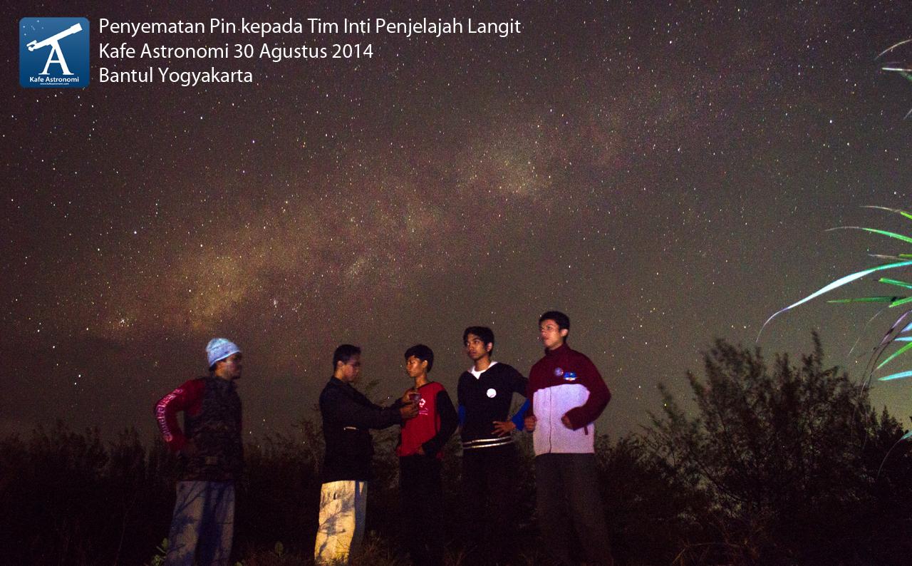 Pelantikan tiga tim inti Penjelajah Langit oleh ketua klub astronomi Penjelajah Langit. Sumber : Kafe Astronomi 2014.
