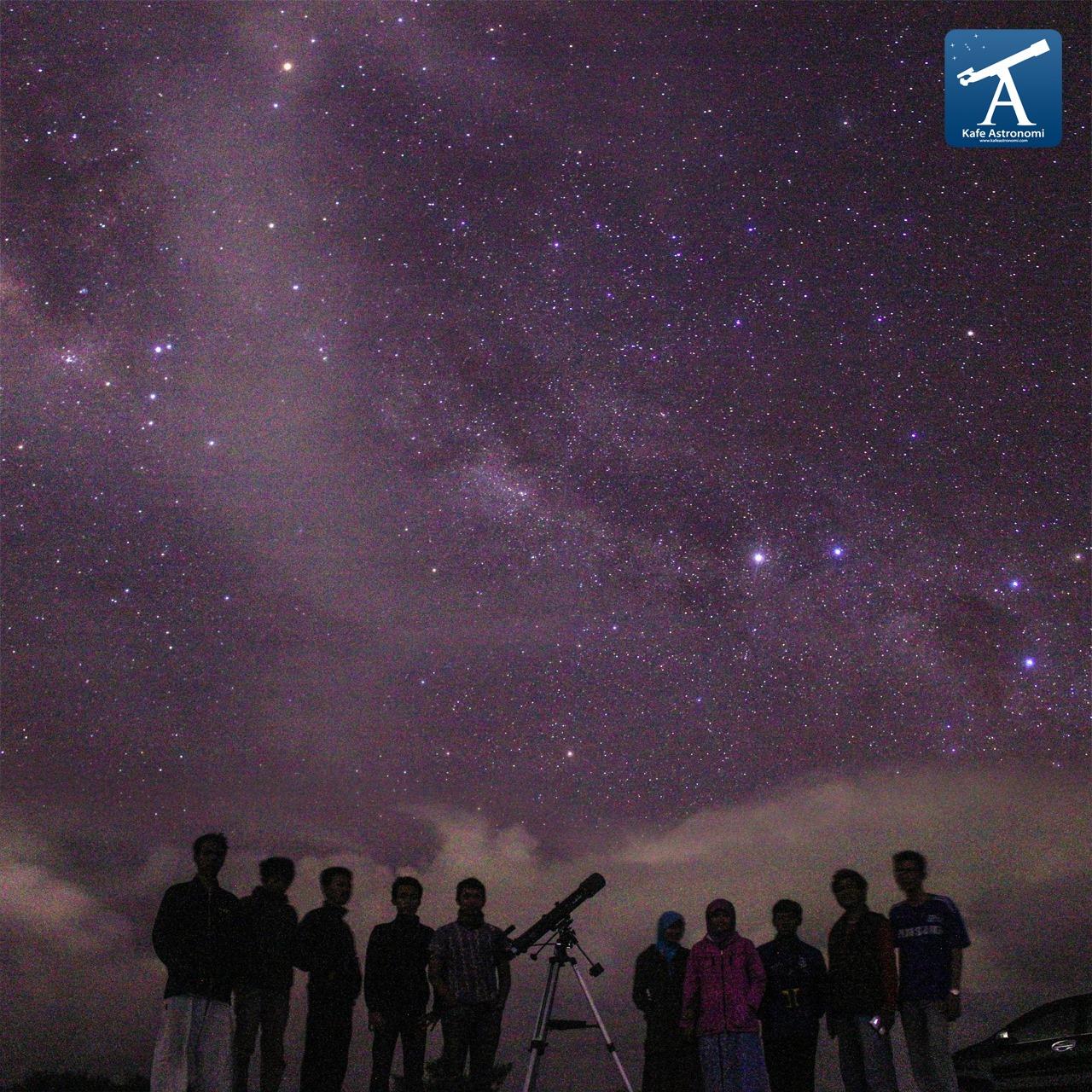 Adanya kabut maupun awan mampu membuat bintang-bintang tak tampak dilangit malam. Warna putih abut dilangit adalah awan dan kabut tipis. Sumber : Eko Hadi G 2013.