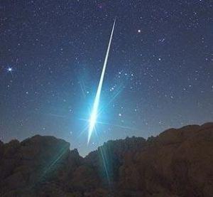 Salah satu meteor dari ratusan meteor di hujan meteor Geminid. Sumber : Astronomy Trek