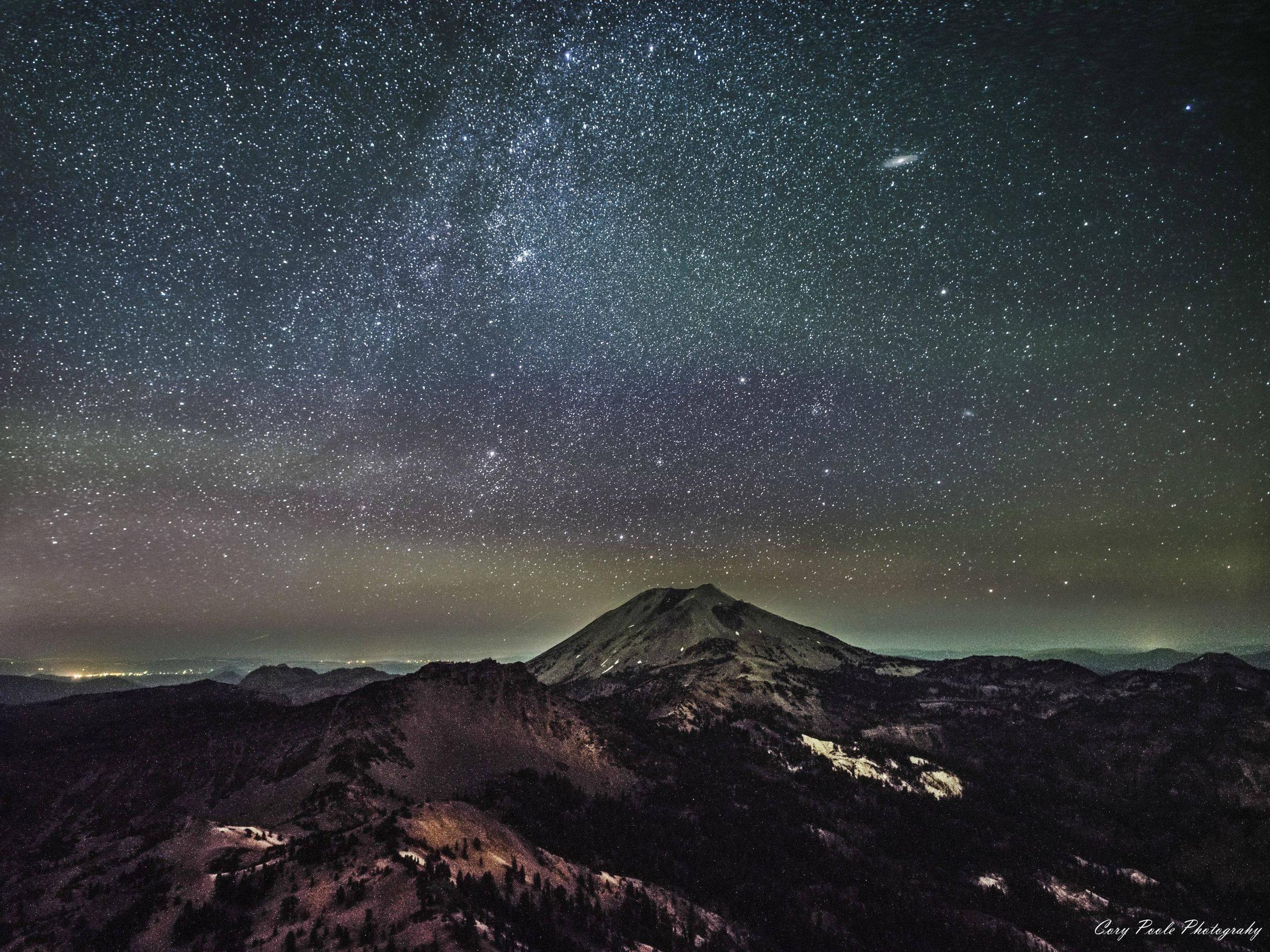 Pada foto ini galaksi Andromeda tampak seperti cakram ripis di sebelah pojok kanan atas. Kredit : Cory Poole Photography