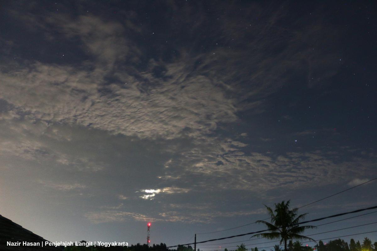 Langit malam yang telah terpolusi oleh cahaya Bulan. Kredit : Nazir Hasan, 2015.